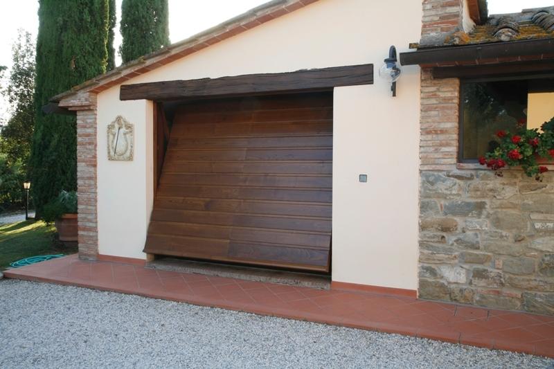 porta basculante mod tuscany su viletta rustica monte san savino ar porte e portoni per. Black Bedroom Furniture Sets. Home Design Ideas