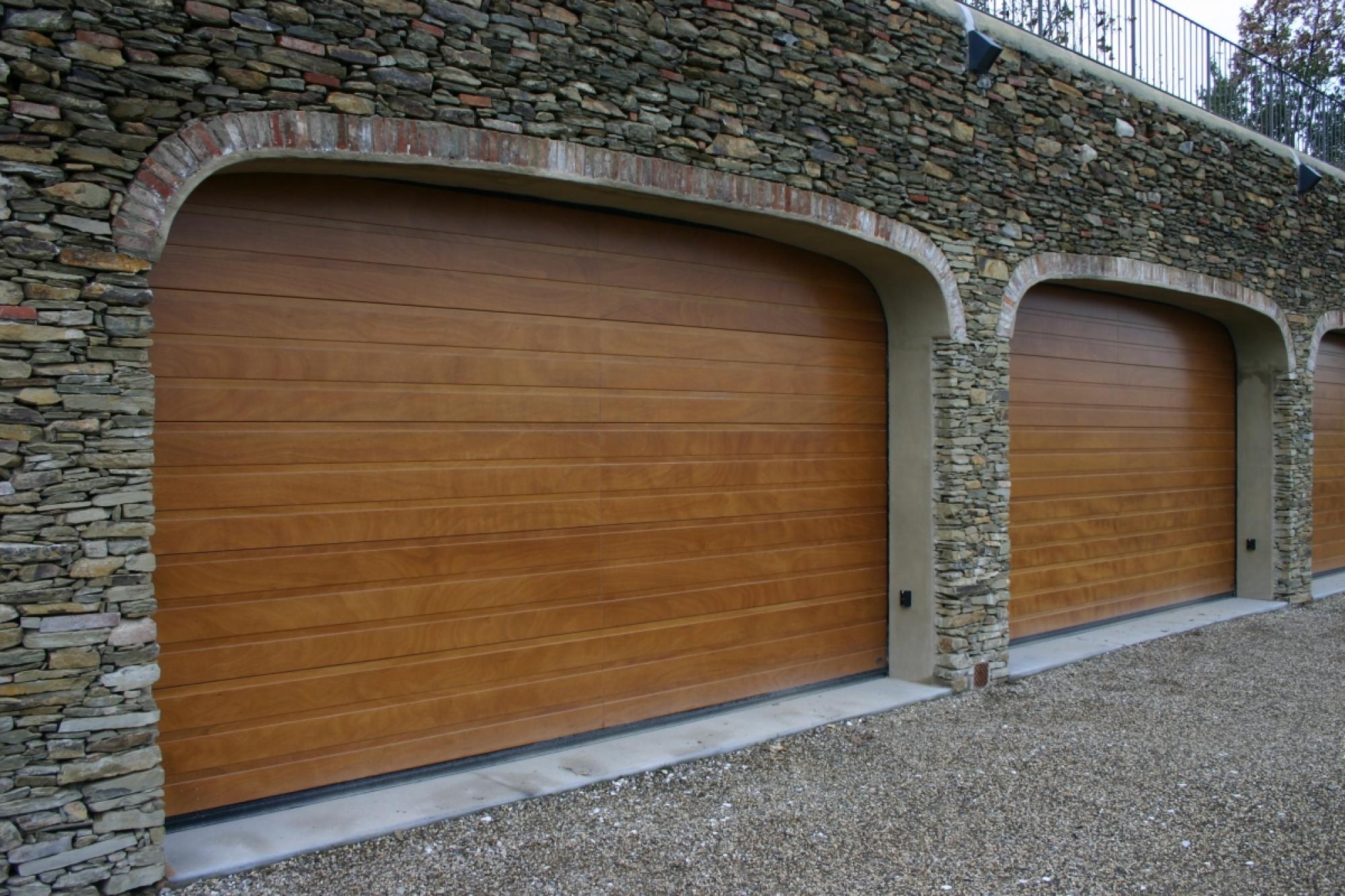 Portoni sezionali in legno modello galileo prato fi for 2 pacchetti di garage di storia