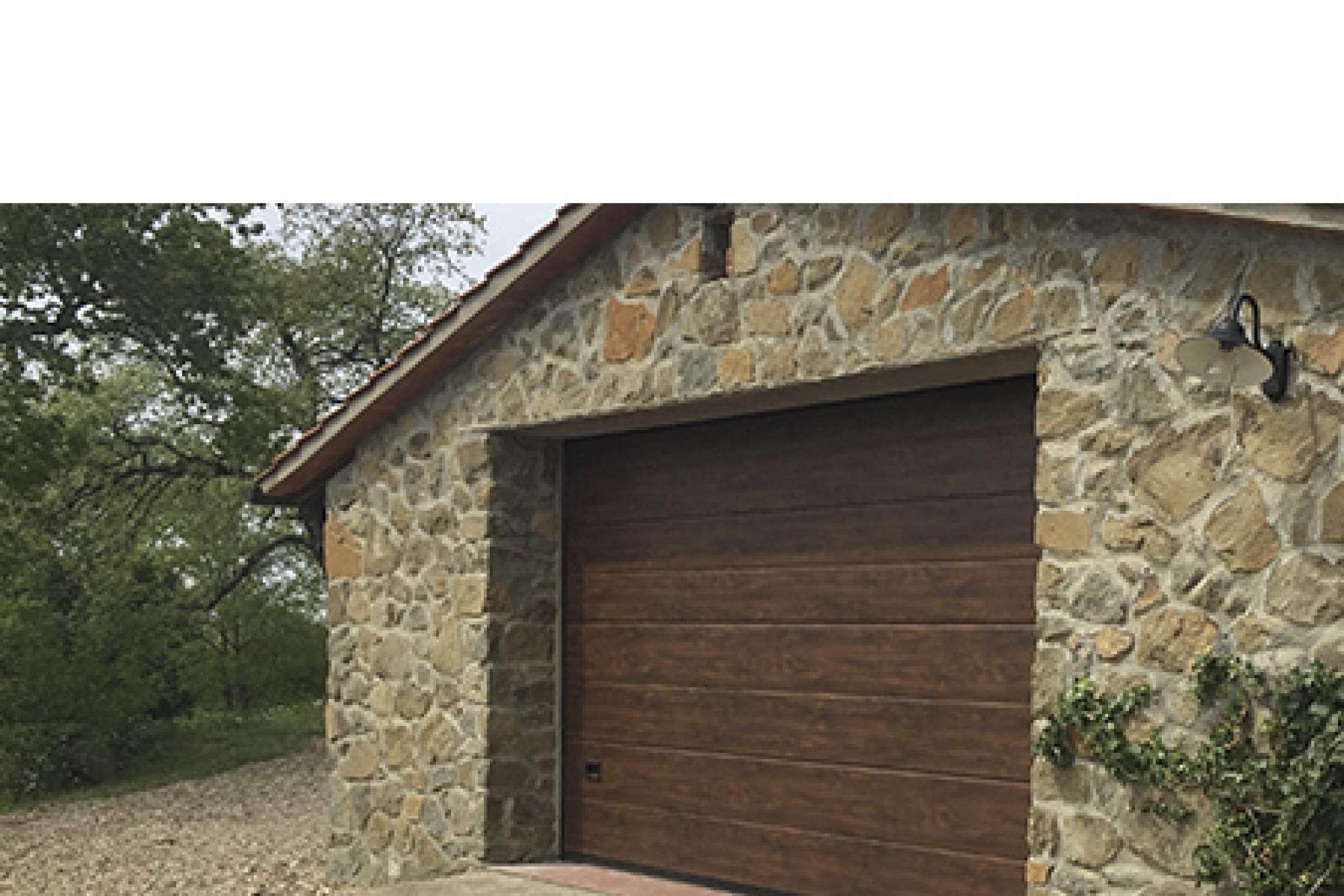 Modello medici portone sezionale con pannello simil legno for Fantastici disegni di garage